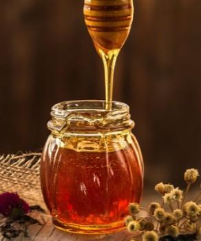 La miel contiene sales minerales y oligoelementos.
